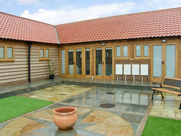 5B HIDEWAYS, single storey cottage near beach, character beams, courtyard, in - Image 1 - Hunstanton - rentals