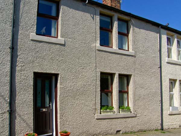 SUNNIE COTTAGE, family accommodation, with three bedrooms, two bathrooms, in town centre location, in Seahouses, Ref 9193 - Image 1 - Seahouses - rentals