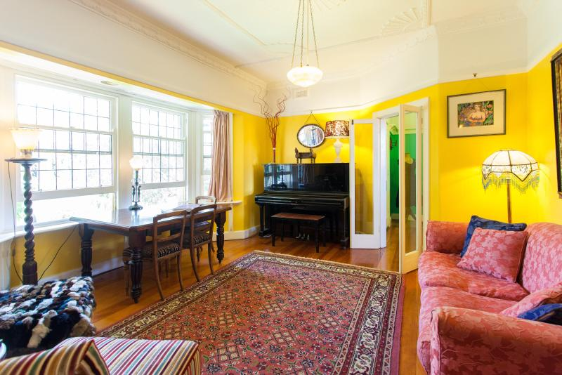 Belsize lounge bay window - Unique Deco Garden Apt n Melb's Art Heart - St Kilda - rentals