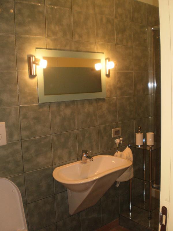 Family Suite shower room - The Hidden Farmhouse , Mogliano, Le Marche - Mogliano - rentals