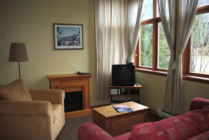 UNIT 2035 LIVING ROOM - CHOUETTE LOFT BEST LOCATION   IN TREMBLANT PETS WELCOME - Mont Tremblant - rentals