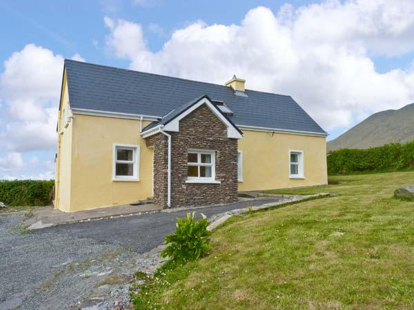 AN TSEANTHIG family friendly, stunning views in an isolated position in Dingle, County Kerry Ref 16581 - Image 1 - Glaise Bheag - rentals