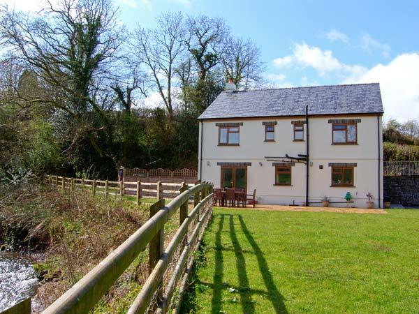 CENNEN LODGE, a detached cottage, with four bedrooms, Jacuzzi bath, lawned garden, and games room in garage, in Trapp, Ref 15729 - Image 1 - Llandeilo - rentals
