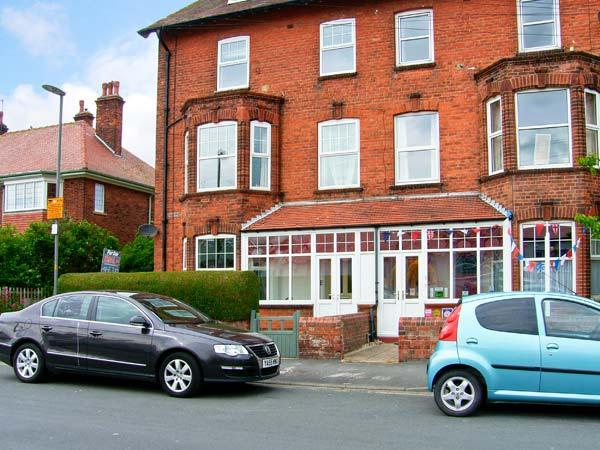 SOUTHDENE, duplex apartment, two bathrooms, beach a few mins walk in Filey, Ref 15034 - Image 1 - Filey - rentals