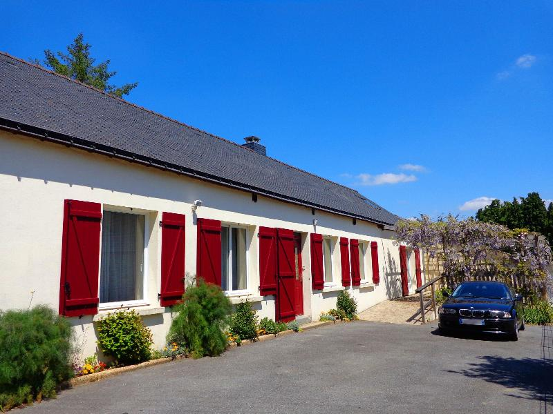 Ty Louisette Gite in the summer sunshine, front breakfast terrace covered in wisteria, parking. - Ty Louisette. Luxury canalside Gite near Pontivy. - Morbihan - rentals