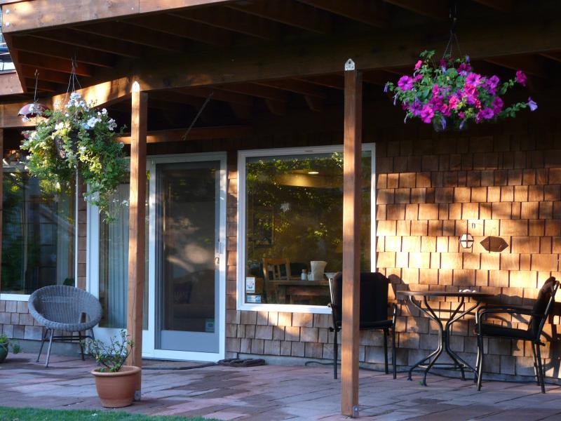 Private Backyard Entrance - Lovely, Relaxing, WOMEN-ONLY Seattle Garden Studio - Seattle - rentals