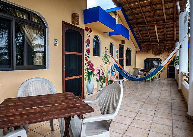 LARGE BALCONY - POPULAR QUITE APT, OCEAN BREEZE, KING BED, POOL, FREE BIKES & FILTERED WATER. - Puerto Morelos - rentals