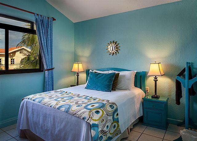 Comfortable queen size bed with quality soft linens. - POPULAR 2 FLOOR APT, OCEAN BREEZE, KING BED, POOL & HOT TUB, AIR CON, BIKES. - Puerto Morelos - rentals