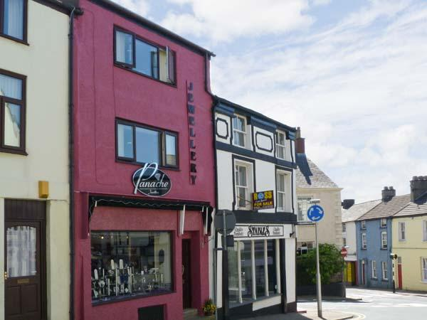 SOUTERGATE APARTMENT, super king-size bed, shops/restaurants on doorstep, close National Park, in Ulverston Ref 13118 - Image 1 - Ulverston - rentals