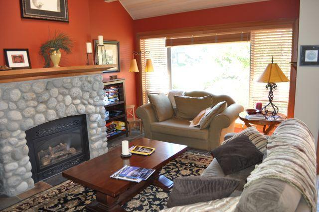 Spacious livingroom with vaulted ceilings - Caroline and Tadd Perkins - Whistler - rentals