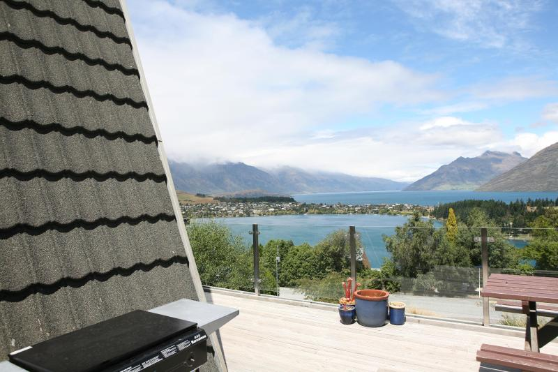 BBQ area with views of Lake Wakatipu - 5-bedrooms, 2-bathrooms, Sleeps 12, Stunning views - Queenstown - rentals