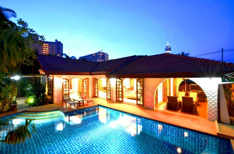 very good location villa,private pool,walk to the beach through the beach gate entrance - Best location villa offer direct access to beach - Pattaya - rentals