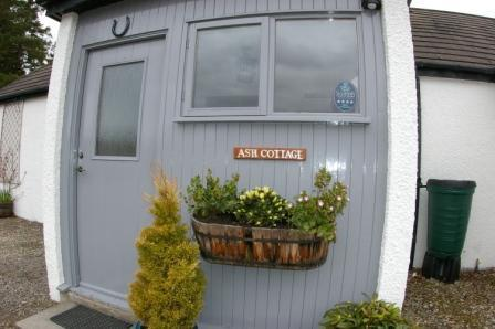 Ash Cottage Porch Area - Ash Cottage - Spacious Kingsize Bedroom - Aviemore - rentals