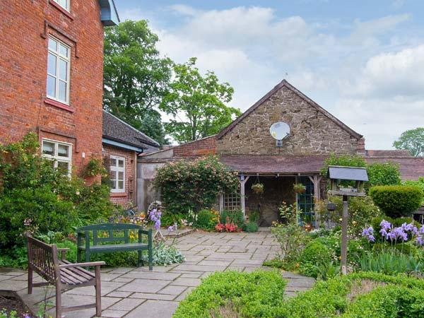 STABLE COTTAGE, stone-built cottage, king-size double room, roll-top bath - Image 1 - Church Stretton - rentals