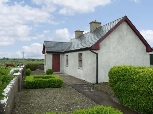 CAPACURRY LODGE, ground floor cottage with superb views, near golf and fishing in Ballinrobe, County Mayo Ref 17249 - Image 1 - Ballinrobe - rentals