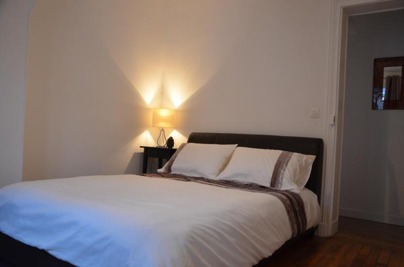 bell3ville's bedroom - a peaceful place overlooking the courtyard - Trendy 1 Bedroom Apartment in Central Paris - Paris - rentals