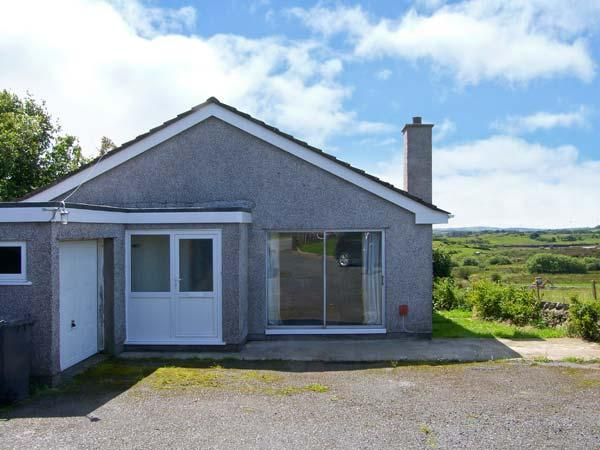 GODRE PARYS, single storey, pets welcome, enclosed garden, close beaches and walks, in Penysarn near Amlwch Ref 16770 - Image 1 - Amlwch - rentals