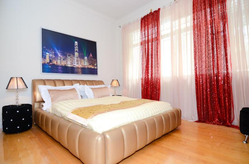 Master bedroom with king size bed - Seluxe Apartment with Open View Near MTR Central and Special Offers - Hong Kong - rentals