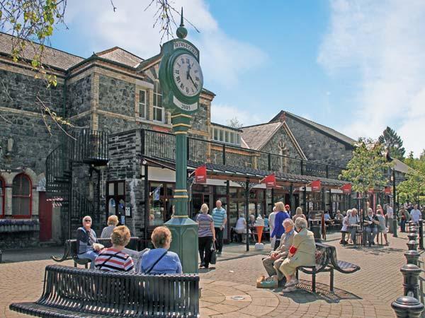 STATION FLAT, sleeps 8, decked balcony, village centre location in Betws-y-Coed, Ref 16719 - Image 1 - Betws-y-Coed - rentals