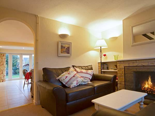 5 Rose Cottage, cosy cottage, open fire, king-size double, pet welcome, in Welford-on-Avon, Ref 8288 - Image 1 - Warwickshire - rentals