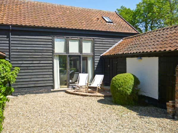DUCKSFOOT BARN, barn conversion, en-suite bedrooms, two courtyard areas, in Pulham Market, Ref 17087 - Image 1 - Norfolk - rentals
