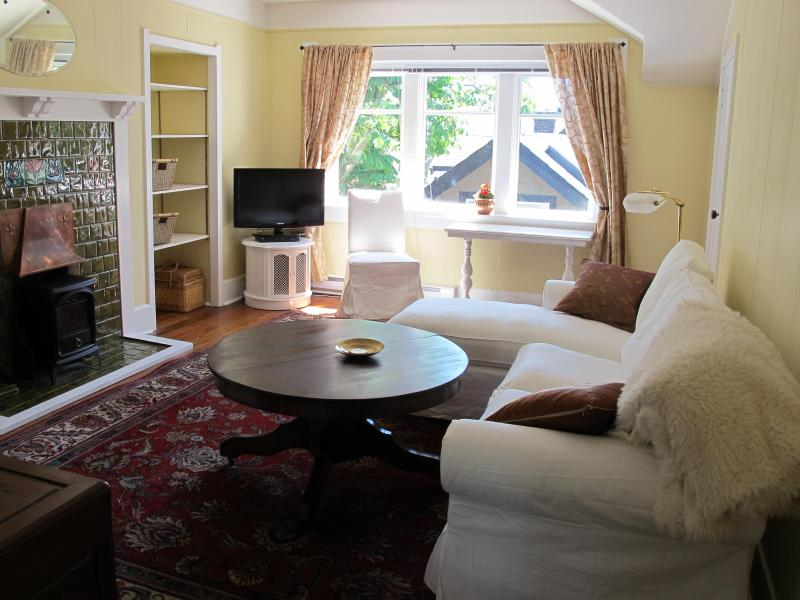 living room - Beautiful Heritage home Suite, steps to downtown - Victoria - rentals