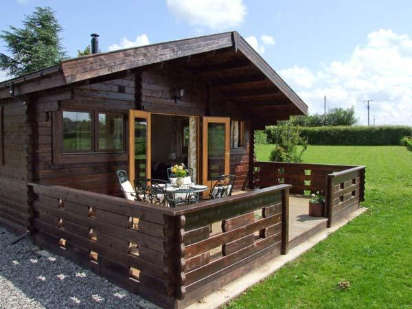 CROPVALE FARM, luxury timber lodge, romantic couples base, near Cotswolds - Image 1 - Cropthorne - rentals