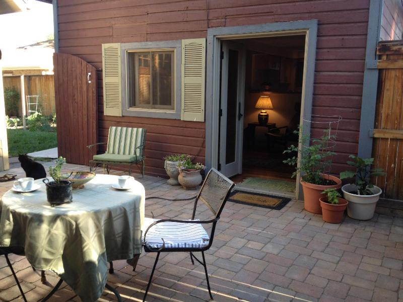 Outdoor patio and garden - Charming, Carriage House w/private courtyard - Denver - rentals