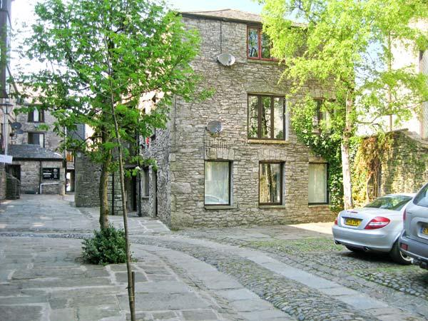 9 CAMDEN BUILDING family friendly, three bedrooms, off road parking in centre - Image 1 - Kendal - rentals