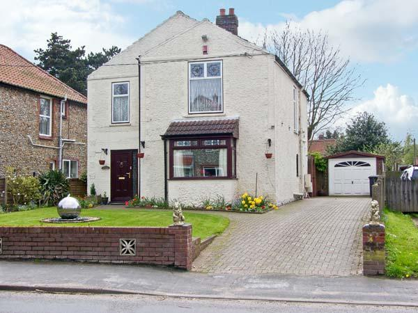 INGLESIDE, detached house, with three double bedrooms, enclosed garden, hot tub, in Holt, Ref 16007 - Image 1 - Holt - rentals