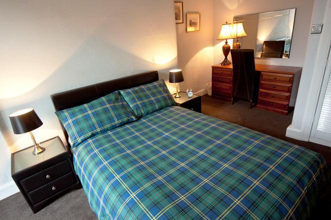 Master bedroom with desk, walk-in lit wardrobe and direct access to garden. - Cloudberry Apartment - Edinburgh - rentals