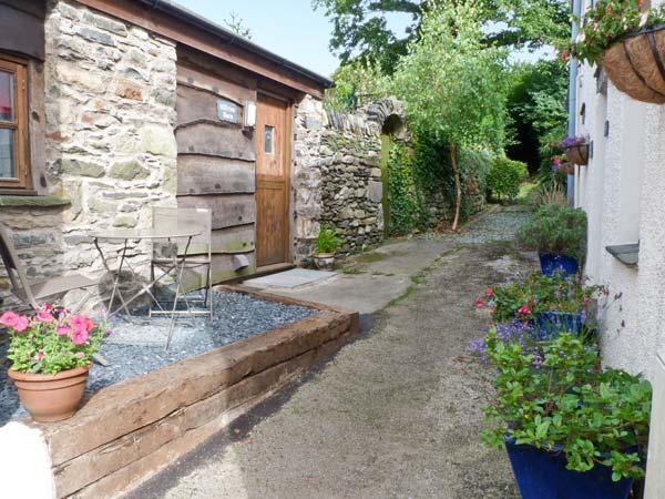 HILLRISE BARN, barn conversion, character features, romantic retreat, pet friendly, in Flookburgh, Ref 17527 - Image 1 - Flookburgh - rentals