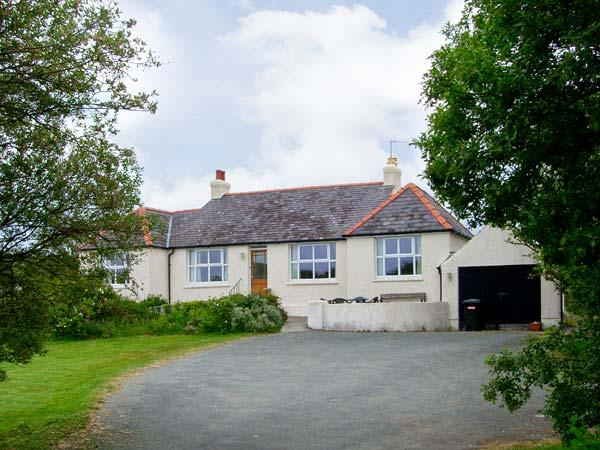ALYNFA ground floor, family friendly, open fire in Rhosneigr Ref 14096 - Image 1 - Rhosneigr - rentals