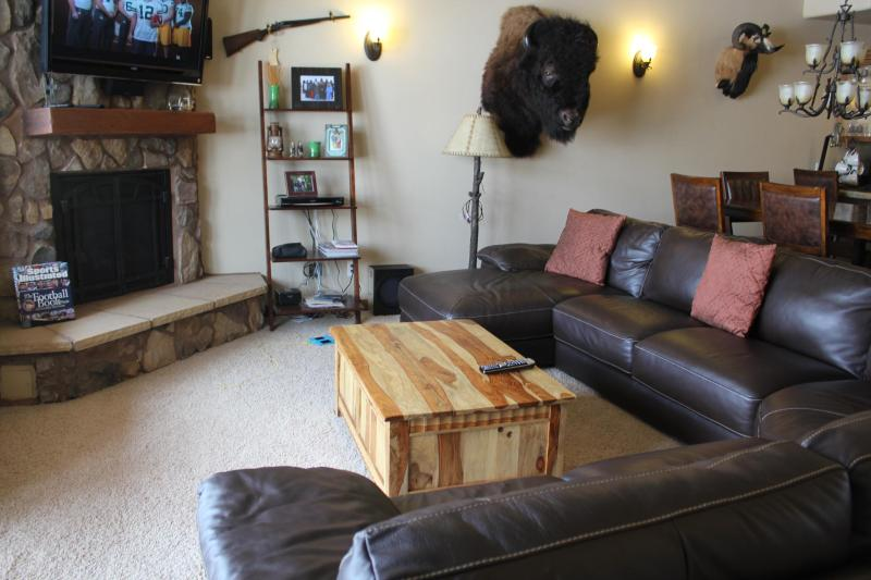 Roomy living room for relaxing - Brian Head, Condo,Walk to slopes, Skii In and Out - Brian Head - rentals