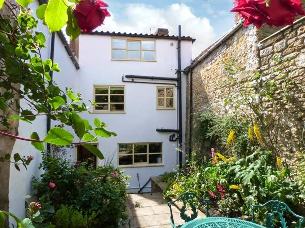 HOWE END COTTAGE, townhouse, family accommodation, courtyard garden in Kirkbymoorside Ref 17787 - Image 1 - Kirkbymoorside - rentals