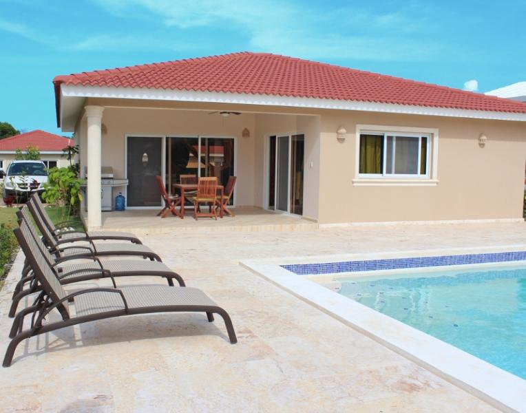 A magnificent two bedroom with television and safes in all rooms. Villa with a well- equipped granite kitchen. Come and spend an unforgettable time on the outside pool chairs next to the large pool watching the view of an azure sky and colorful yards of D - Image 1 - Cabarete - rentals