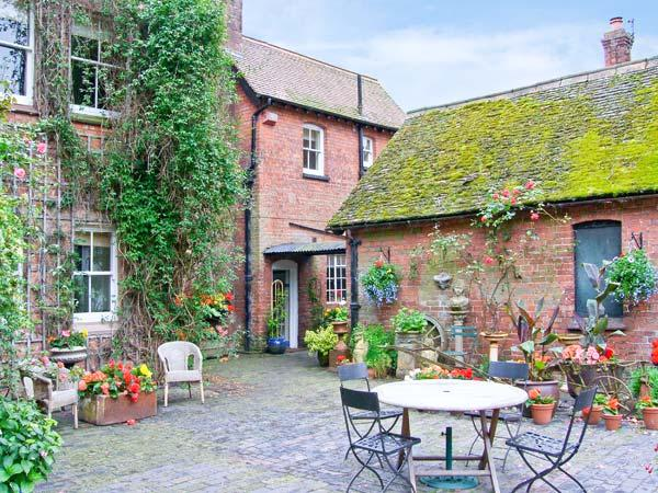 HOUSEKEEPER'S COTTAGE, character romantic accommodation, woodburner, private - Image 1 - Shropshire - rentals