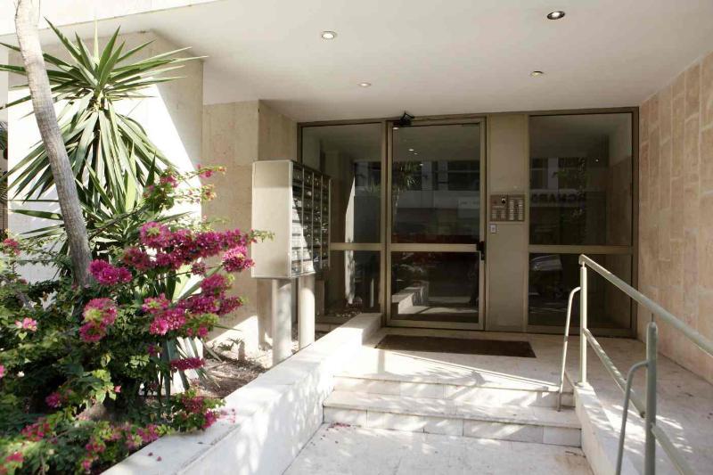 Entrance to the building on Ben Yehuda street - Very nice onebedroom apartment in Tel Aviv - Tel Aviv - rentals