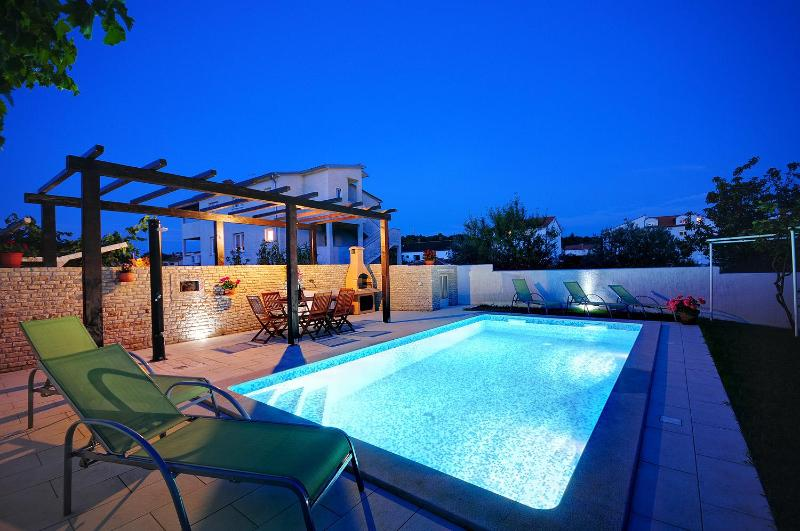 Pool at night - Comfortable appartment with pool, ideal for family - Pula - rentals