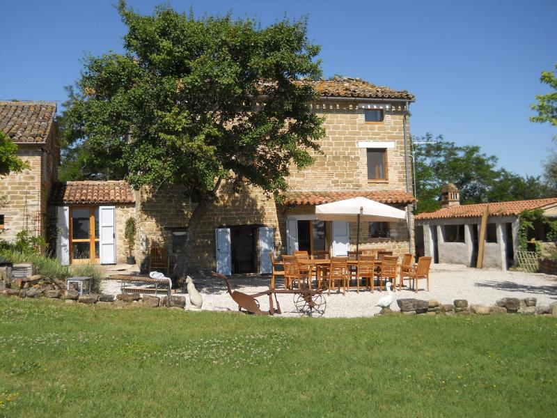 The house and dining terrace - Fab 5 bed renovated farmhouse, slps 13, pool,views - Monte san Martino - rentals