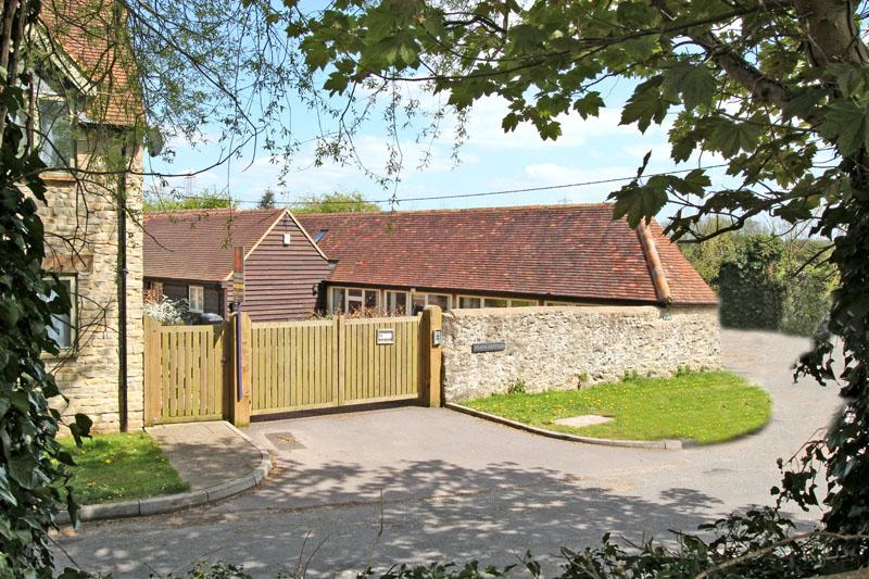 2 bedroom cottage in Oxford. Private parking +WiFi - Image 1 - Oxford - rentals