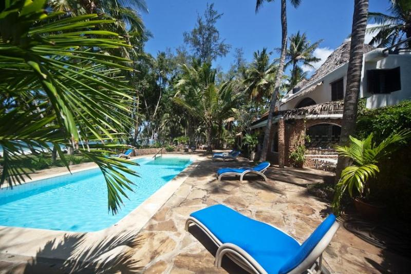 Villa swimming pool view from the ocean side - VILLA KIVULINI MAIN (ON BEACH & SLEEPS 10 CLIENTS) - Mombasa - rentals