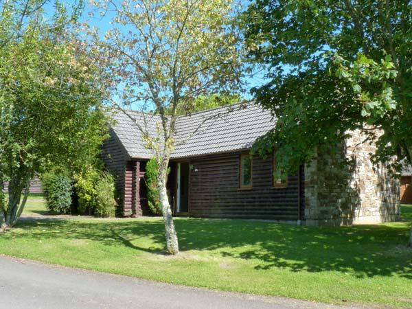 LAPWING LODGE, a family-friendly lodge, with Jacuzzi bath en-suite, and fishing lakes and golf in grounds, in Lanivet Ref 13968 - Image 1 - Lanivet - rentals