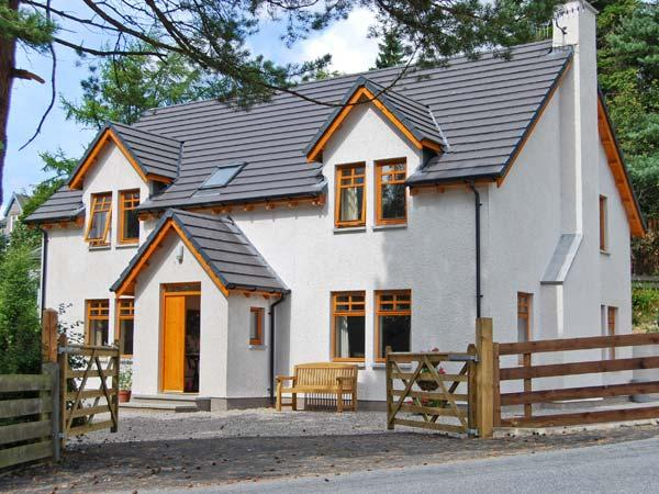 THISTLE DHU, detached cottage, four bedrooms, two bathrooms, enclosed garden, in Newtonmore, Ref 5914 - Image 1 - Newtonmore - rentals