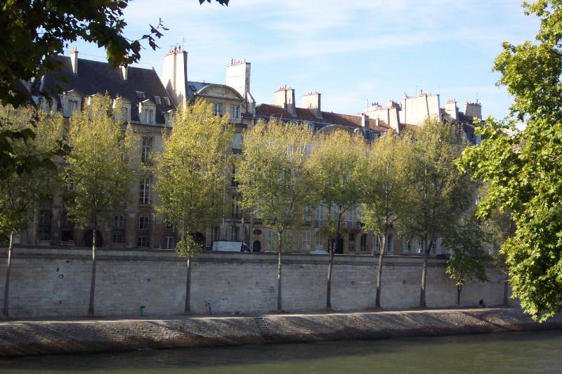 building in centre with round roof - Ile-Saint-Louis/ River Front Building/Large Studio - Paris - rentals
