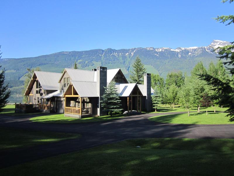 Majestic chalet on 10 peaceful acres surrounded by mountains and the Columbia River - Secluded Mountain Estate on acreage near ski hill - Revelstoke - rentals