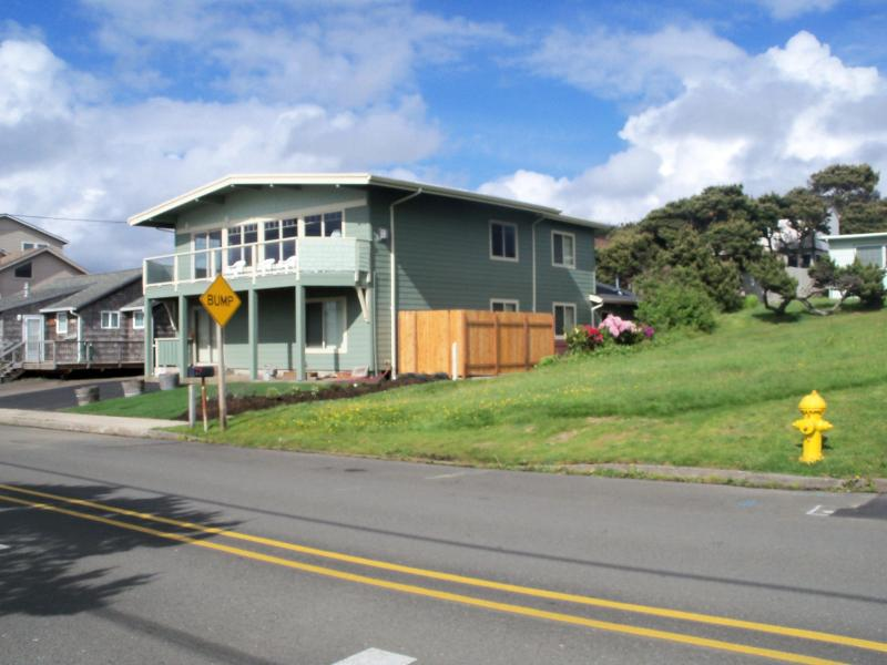 Lincoln City bach house - Front view - Beachfront* Panoramic Oceanview * Hot tub * 3 Beach Accesses - Lincoln City - rentals