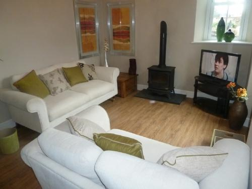 LITTLE BROOK COTTAGE, Bowness on Windermere - Image 1 - Bowness & Windermere - rentals
