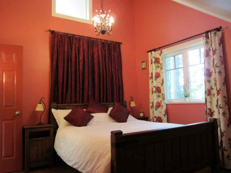 The Cosy Red Bedroom - Cosy Woodpecker Cottage - Salt Spring Island - Salt Spring Island - rentals