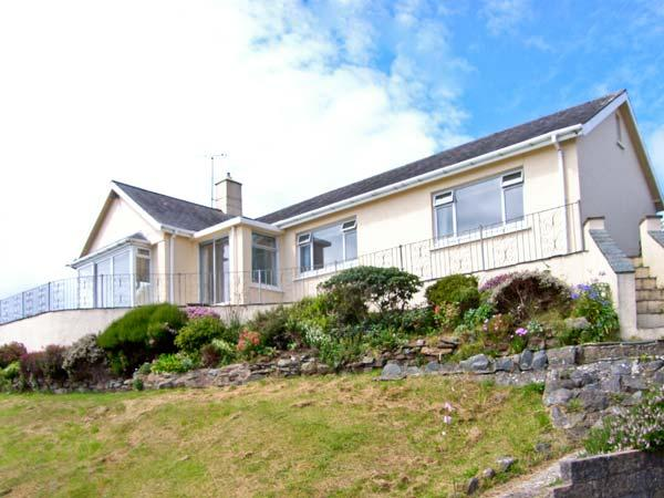 SEIBIANT, cottage near to the coast, picturesque walks at Snowdonia National Park, with a garden in Criccieth, Ref 13675 - Image 1 - Criccieth - rentals